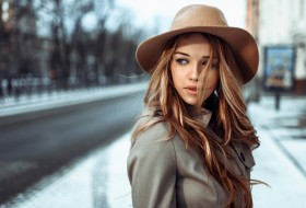 Brown-hair-girl-wind-hat-city_1920x1200