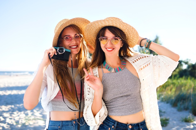 two-pretty-funny-girls-clothes-sunglasses-hats_